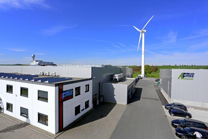 Die Finke Formenbau GmbH produziert einen Großteil ihres benötigten Stroms aus Wind- und Solarenergie auf dem Betriebsgelände © Finke Formenbau GmbH